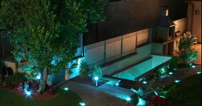 de plantas, los objetos como estatuas o los contornos de la piscina