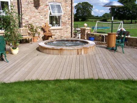sobre un deck de madera sobre pisos de piedra junto a la piscina o simplemente un modelo mvil en el pasto que puedas re ubicar a tu antojo